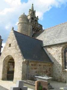 Clocher et porche de l'église de Coatreven