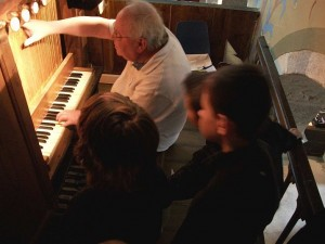 Yvon Féchant lors d'une visite à l'orgue de Prat