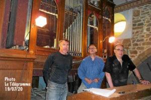 Hervé Caill (à droite) a commencé le démontage de l'orgue de Pleubian.